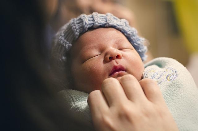 novorozeně v čepičce