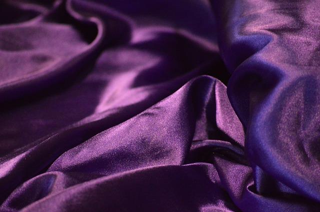 fialový satén