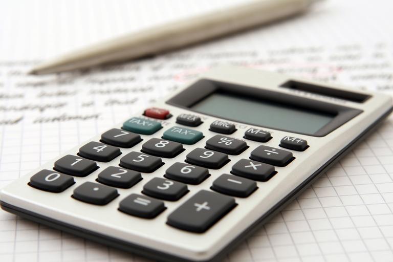 kalkulačka, propiska, papír