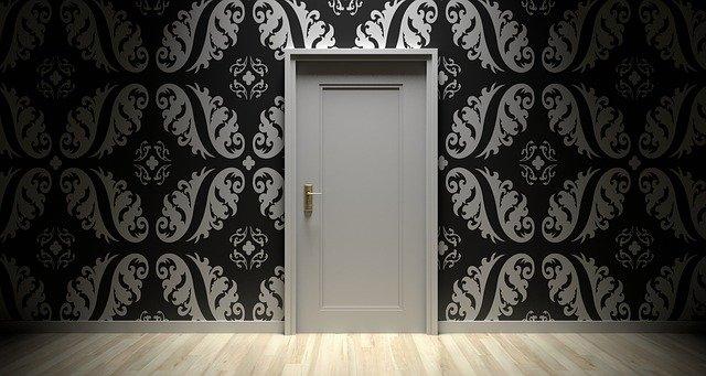 Bílé dveře.