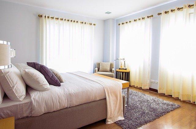 světlá ložnice se třemi okny
