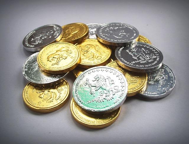 lesklé zlaté a stříbrné mince