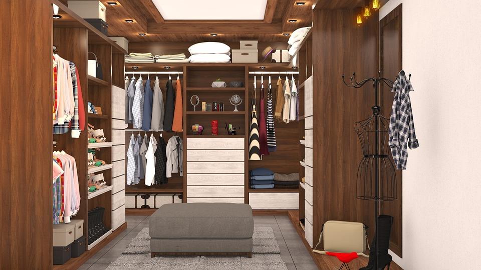 skříně v šatně